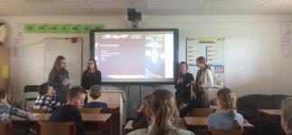VLC leerlingen presenteren in het Engels op de basisschool