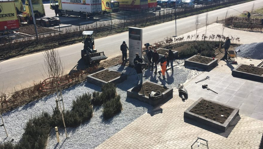 Leerlingen werken aan buiteninrichting bij nieuw bedrijfspand te Barneveld